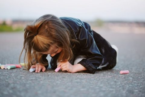 Kleines Mädchen mal als Linkshänderin auf der Straße - Herausforderung an Linkshänder